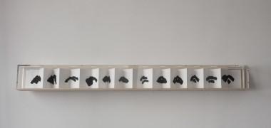 Etel Adnan, Mountain, 2012 Leporello, encre japonaise noire sur papier 24 pages, 18 x 12 cm chaque, 288 cm déplié Courtesy de l'artiste et galerie Sfeir Semler, Hambourg et Beyrouth