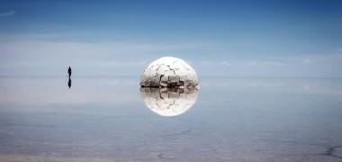 Dans l'idée d'exploration il y a la notion d'inconnu. C'est ce paramètre aléatoire qui donne à une découverte son degré d'importance. Elina est le nom d'une nouvelle planète, « Êle » signifie en grec éclat du soleil, composée de sels de sodium Na et sels de lithium Li. C'est à partir de ces éléments que l'on décida de son nom. La planète Elina symbolise le passage entre un monde réel et un monde imaginaire.
