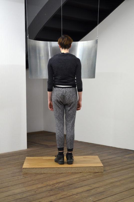 Jeanne Berger, Dire, 2014, installation, parquet chêne sur bois aggloméré env. 110 x 80 cm, tôle de zinc, suspendu sur cables, dimensions variables. Photo : E. Gallina