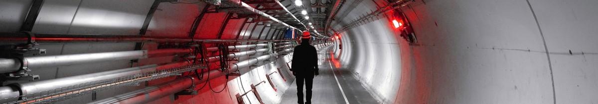Gianni Motti, Higgs, à la recherche de l'anti-Motti, 2005  Vidéo de la performance de Gianni Motti dans le LHC, accélérateur de particules au CERN (Genève) Vidéo couleur sans son (4/3)  Durée: 5 h 50 min  Édition : 1/3 (+ 1 EA)  Courtesy Collection Frac Alsace