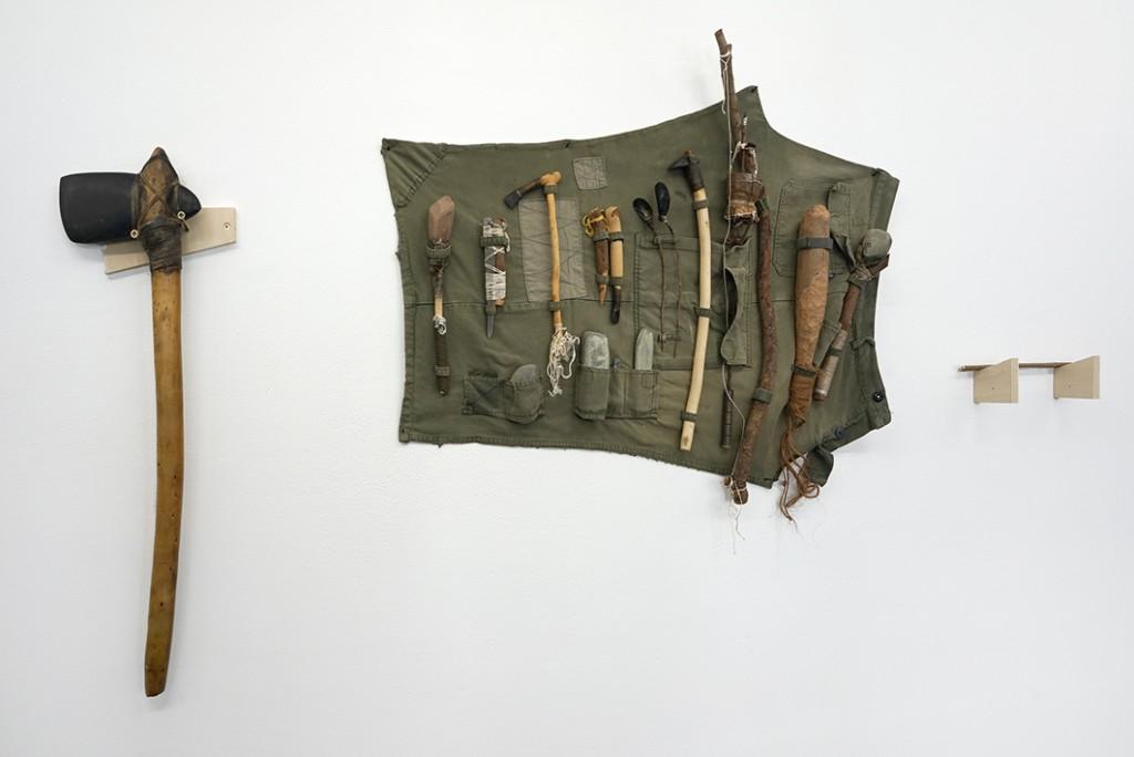 Ultralocal (vue d'exposition), Laurent Tixador, Grande hache en pierre polie – Trousse à outils, 2001, crédit photo: R.Görgen