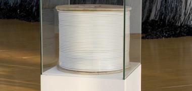ounir fatmi 500 mètres de silence 2007 Câble d'antenne, bobine, lettrage adhésif, socle, vitrine 137 x 47 x 47 cm © Adagp, Paris Photo : Jean-Baptiste Dorner