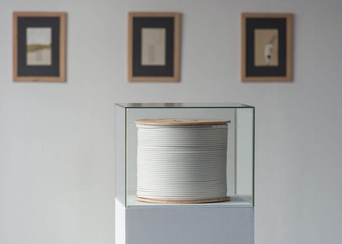 En l'occurrence, vue d'exposition. Premier plan: ©mounir fatmi, 500 mètres de silence, 2007. Photo: Klaus Stöber