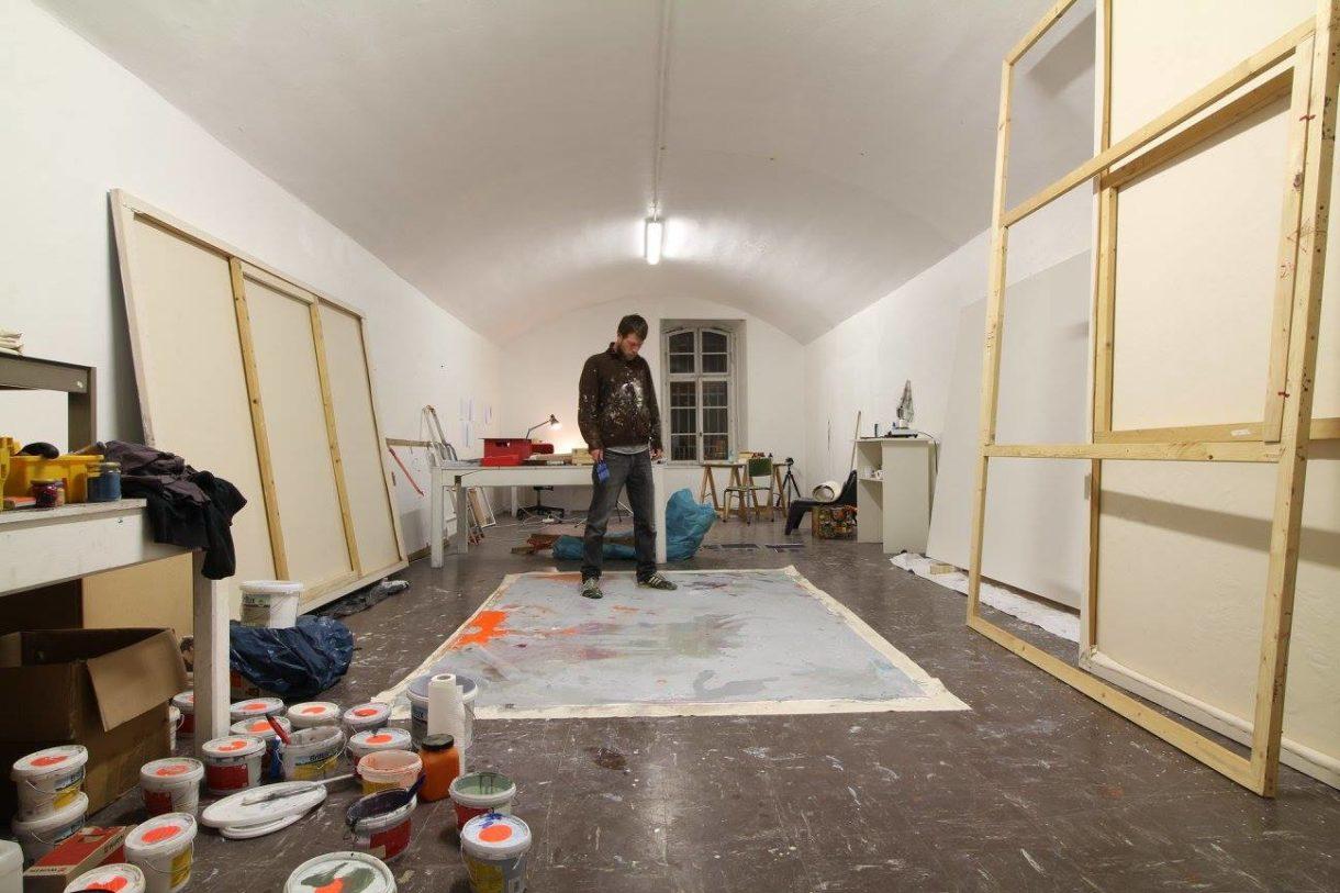 L'artiste Jens Stickel dans l'atelier international du Bastion XIV