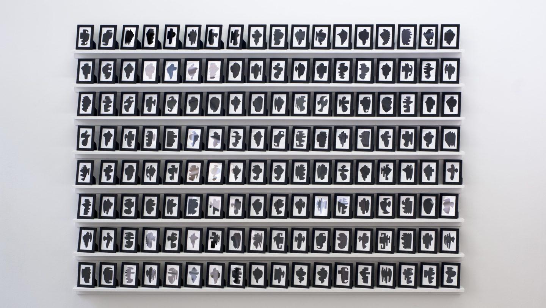 Allan McCollum, The Shapes Project : Collection of One Hundred And Forty Four Monoprints, 2006, 144 impressions uniques laser présentées dans des cadres noirs, 11 x 14 cm, Frac Champagne-Ardenne © Allan McCollum.