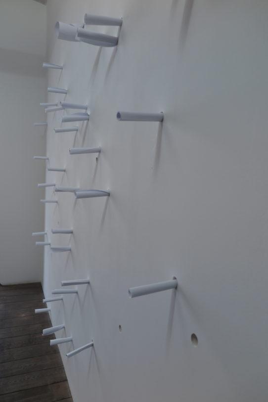 Alicia Framis, Murmurs, 2000, mur, papiers, encre sympathique, dimensions variables, 49 Nord 6 Est – Frac Lorraine © A. Framis / Adagp, Paris.