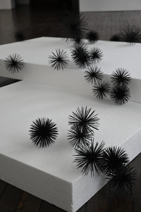 Franziska Furter, Airborne, 2007, polystyrène, bois, colle, peinture, dimensions variables (100 x 250 x 250 cm environ), Frac Alsace © Franziska Furter.