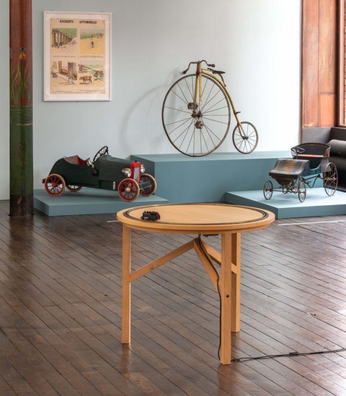 """vue d'ensemble, premier plan Simon Nicaise """"effet, pas d'affect"""", 2010, photographie : Klaus Stöber"""