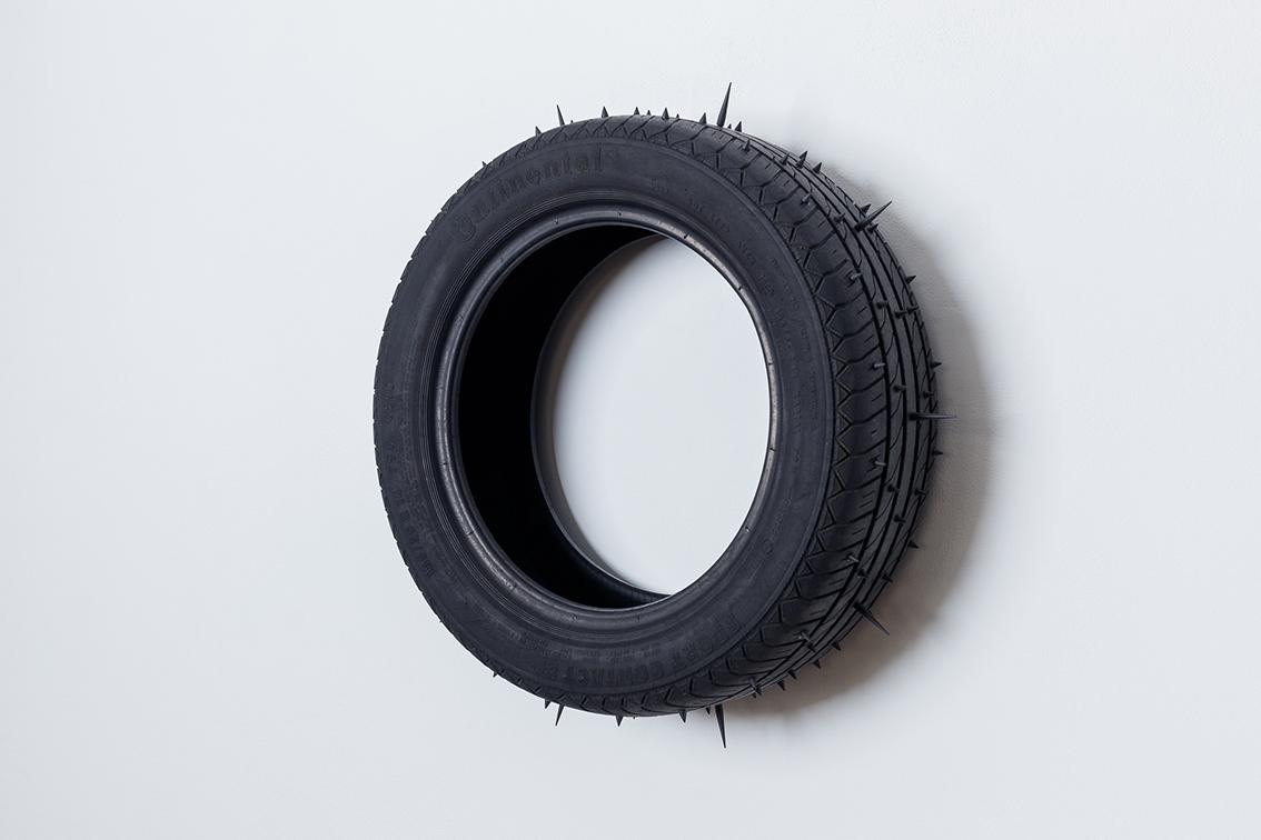 Jonathan Naas, Superstition / Supervision, Moloch, pneu usé, cône, goujons, 2020 (c) Sébastien Zimmermann