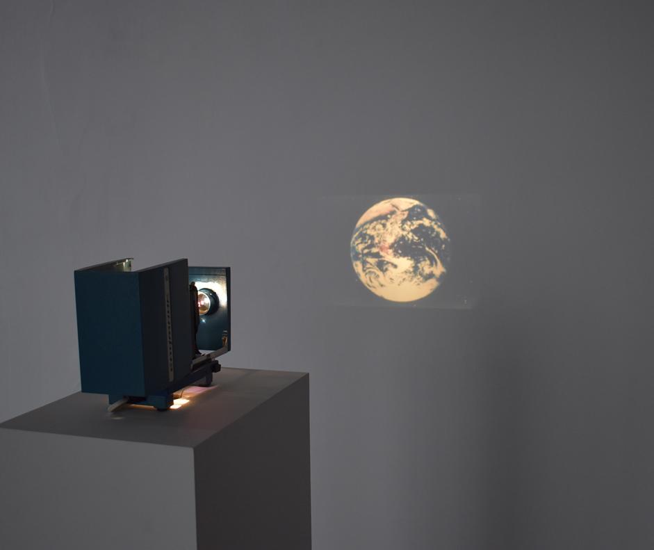 Gintaras Didziapetris, Sputnik, 2007, projecteur russe des années 1970, diapositive couleur, dimensions variables, 49 Nord 6 Est – Frac Lorraine