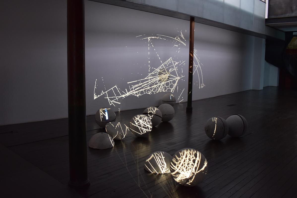 Gregoriou Theodoulos, Système Global, Chap II, 1993, installation, béton, métal, téléviseurs, projection diapositive, dimensions variables, Frac Alsace.