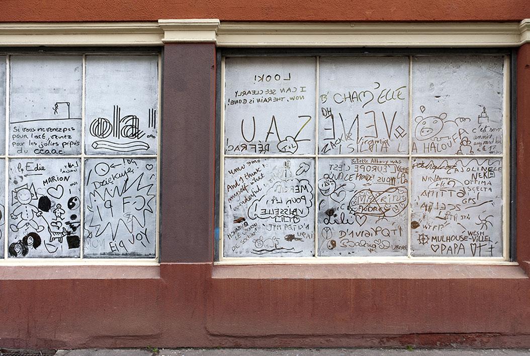 Albrecht Schäfer – Schaufenster, 2005/2012 – blanc de meudon sur fenêtre extérieure – Photo : Klaus Stöber