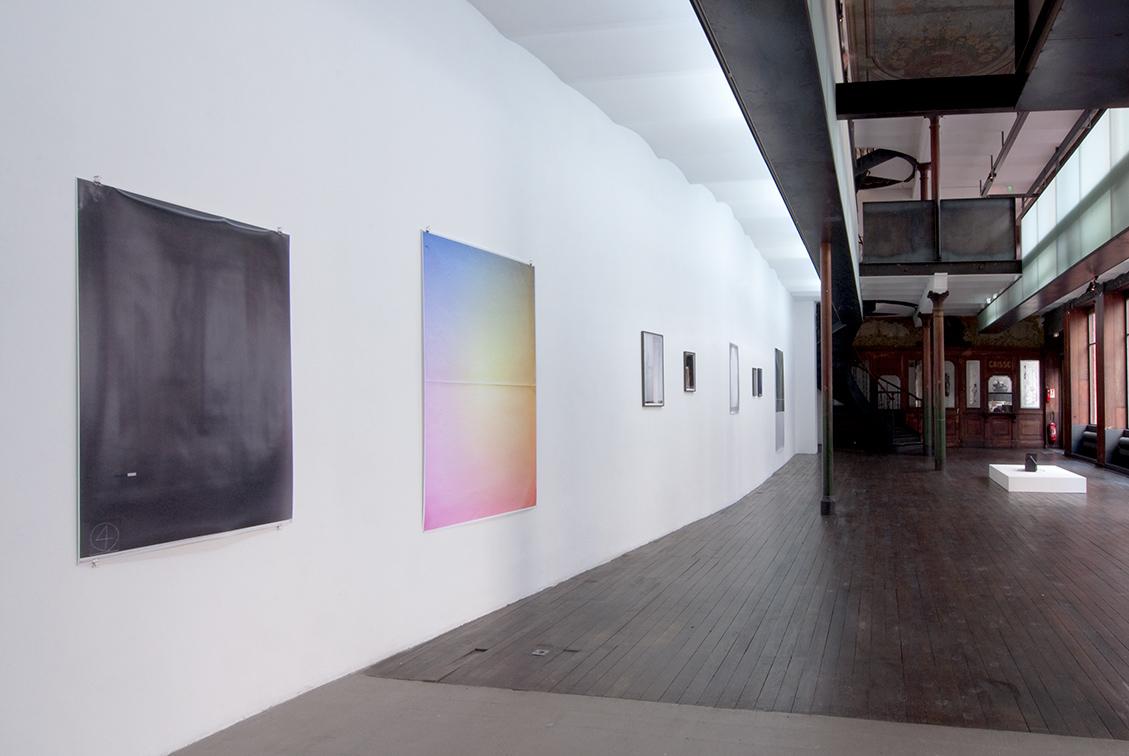 Vue d'exposition – au premier plan: Marieta Chirulescu – Sans titre (Nr.4), 2009 et Sans titre (big print 7), 2009 – Photo : Klaus Stöber
