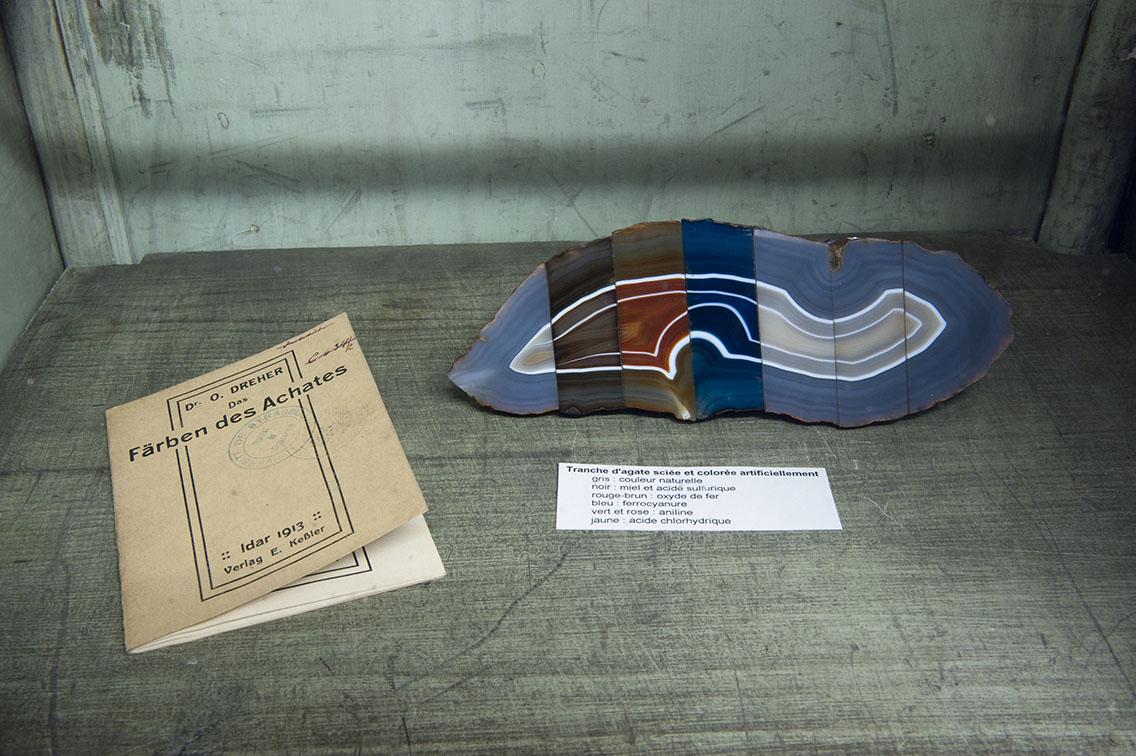 Tranche d'agate sciée et colorée artificiellement – Photo : Klaus Stöber