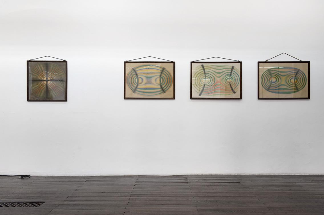4 dessins au pastel, autour de 1900  3 représentations des figures biaxes (création : Wilhelm Universität Strassburg) et 1 uniaxe (signé K. Scharfenberger) – Photo : Klaus Stöber