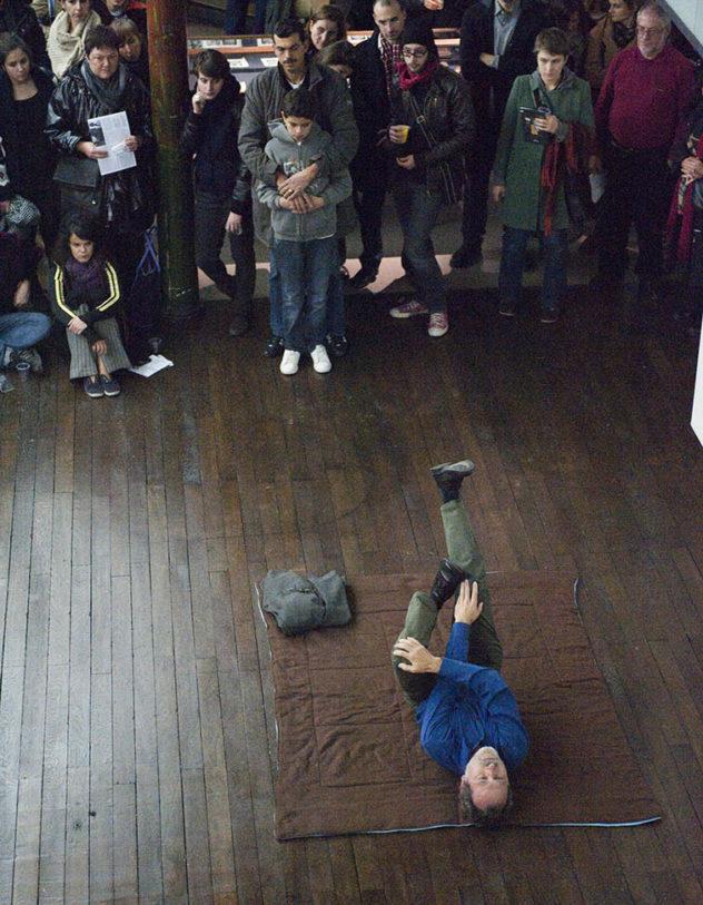 Vue de la performance « Cristaux atteints de dépression », Gernod Wieland – 29/10/2010 – Performer : Robert Becker – Photo : Klaus Stöber