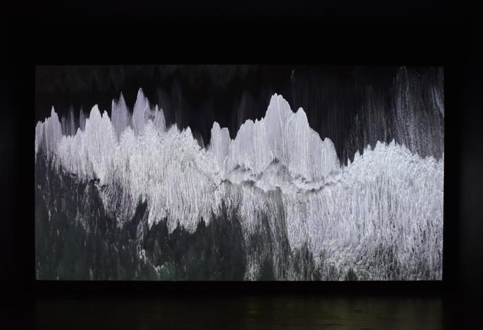 Ange Leccia, La Mer, 1991, projection vidéo couleur, muette, en boucle, Collection Musée d'art moderne et contemporain de Strasbourg, ©Adagp, vue d'exposition au CEAAC, 2020