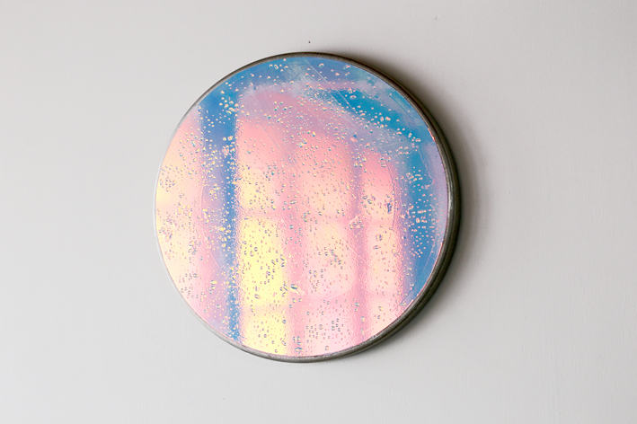 Gaëlle Cressent, Aube 1, 2018-2020, résine cristal et film iridescent sur panneaux de signalisation, extrait de la série À l'aube rosée des nouveaux chemins.