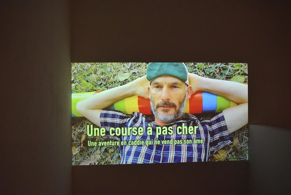 Une course à pas cher, film de la performance de Nicolas Pinier réalisée en 2018, co-auteur Pierre Villemin, numérique, 51', 2020