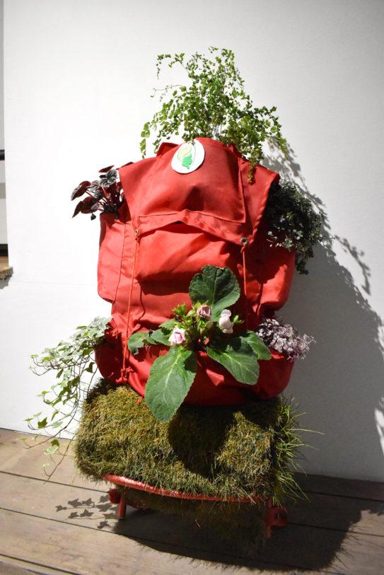 Le Jardin de Voyage* (version monoplace), sac à dos, gazon et plantes, 2013 *(version caravane) acquisition Frac Alsace, 2005
