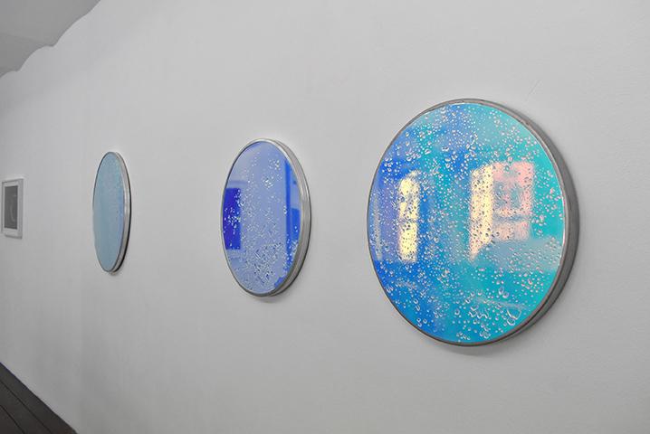Gaëlle Cressent, Aube 1, 2018-2020, résine cristal et film iridescent sur panneaux de signalisation, extrait de la série A l'aube rosée des nouveaux chemins, vue d'exposition au CEAAC, 2020