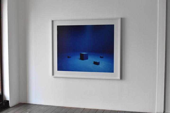 Marina Gadonneix, Rock and Sand, 2012, Digital C-Print contrecollé sur aluminium, encadré avec réhausse et verre, 126×150 cm, extrait de la série Landscape, vue d'exposition au CEAAC, 2020