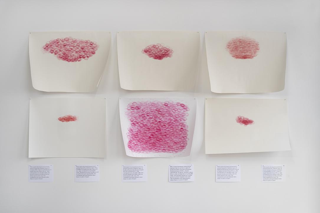 The Kiss, 2021, impressions sur papier, rouge à lèvres, 250 x 250 cm – Photographie : R. Görgen