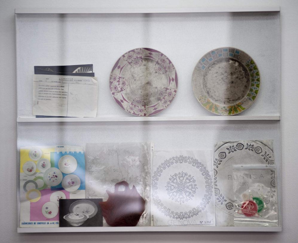 Assiettes échantillon, documents divers et tampon à motif, Faïencerie de Badonviller © photo: Klaus Stöber