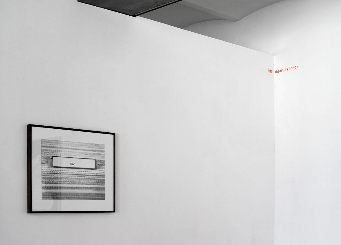 Erica Baum, Untitled (God) (Card Catalogue), 1997 – Joseph Grigely, Blueberry surprise, 2013 © photo: R. Görgen