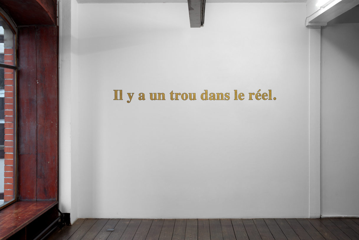"""Dora Garcia, """"Golden Sentence (Il y a un trou dans le réel)"""", vue de l'exposition """"Nouer le reste"""", CEAAC, 2021, © R. Görgen"""