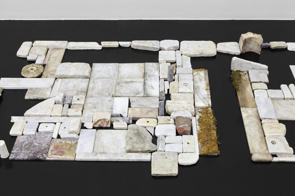 """Chiara Camoni, """"Sans titre (mosaïque 2)"""" (détail), 2012-2021, Courtesy SpazioA, Pistoia / Photo : Arthur Péquin"""