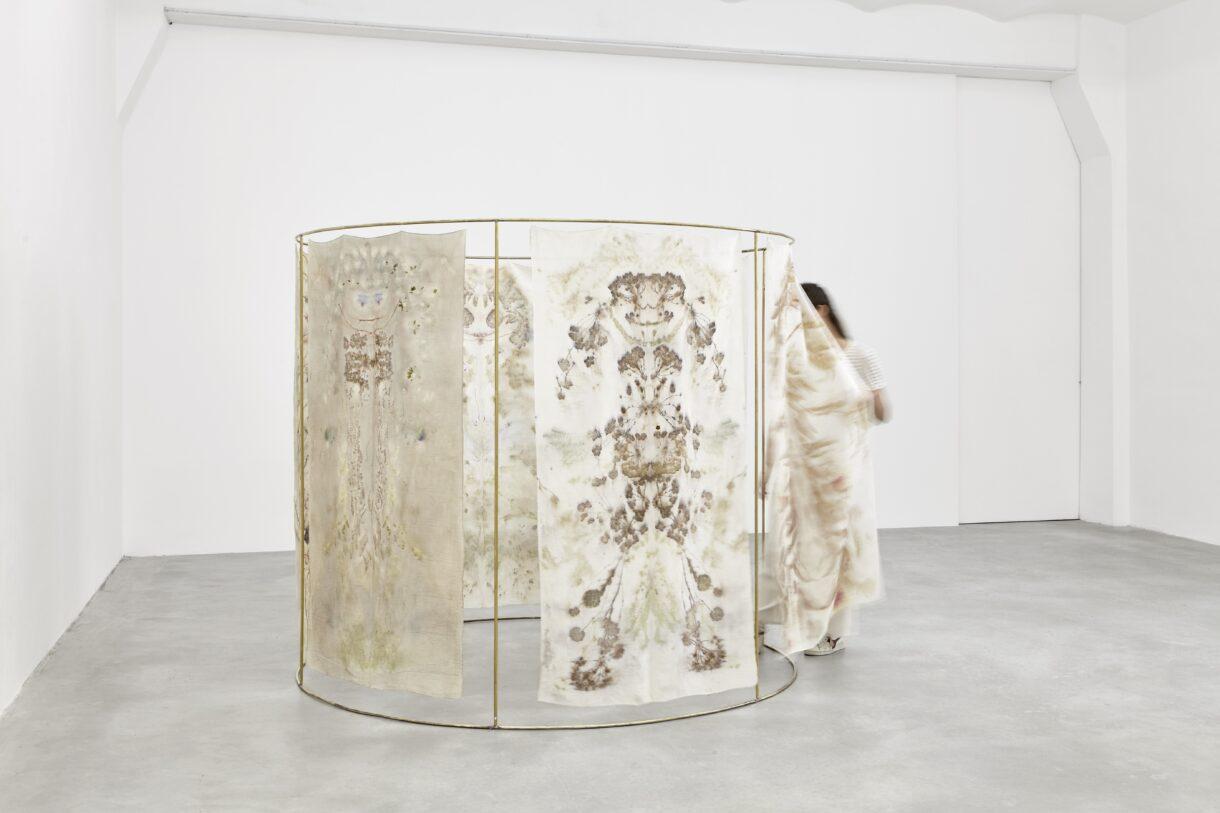 """Chiara Camoni, """"Sans titre (une tente)"""", 2019, Collection Silvia Fiorucci Roman, Monaco. Courtesy Arcade, Londres & Bruxelles et SpazioA, Pistoia / Photo : Camilla Maria Santini"""