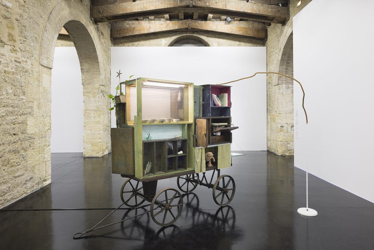 """Chiara Camoni & Il Centro di Sperimentazione, """"Carrozzone"""", 2021. Courtesy Arcade, Londres & Bruxelles / Photo : Camilla Maria Santini"""